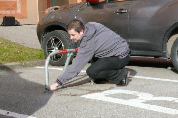 O parkovacie zábrany pred bytovkami je stále záujem, dokonca sa medziročne zvyšuje.