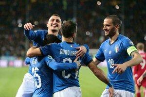 Futbalisti Talianska sa radujú z víťazstva.