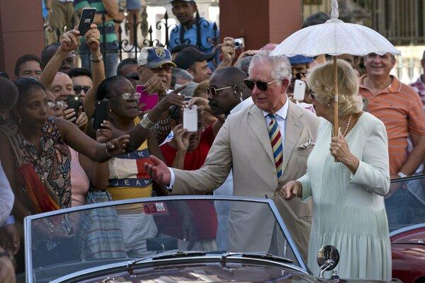 Britský princ s manželkou Camillou v Havane.