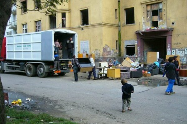 Vysťahovanie neplatičov z bytovky na Kasárenskej.