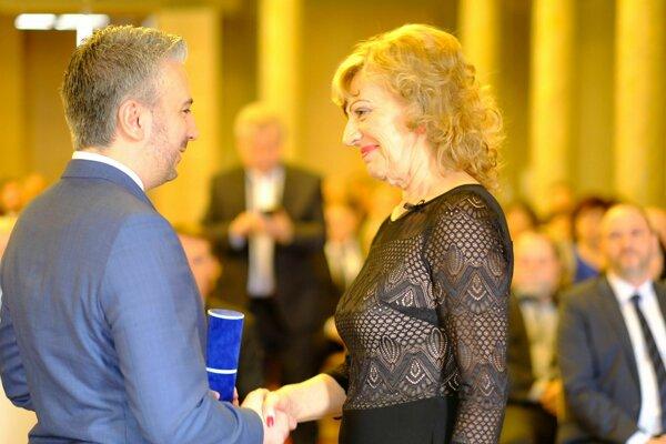 Župan Trnka udeľoval ocenenia.