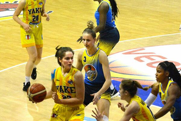 Košická kapitánka D. Blanárová (s loptou) si v prvom polčase druhého semifinále s Piešťanmi zranila koleno.