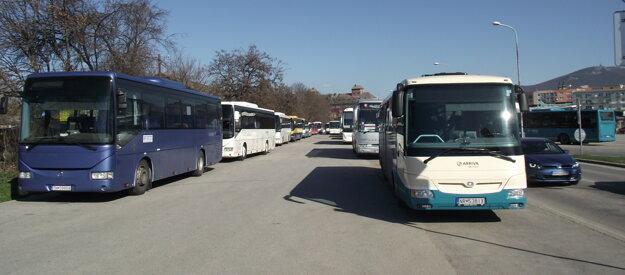Počas modernizácie autobusovej stanice blokujú časť parkoviska autobusy.