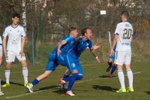 Hráči Lokomotívy Edge (v popredí) a Jano sa tešia z úvodného gólu, Popradčania Luberda a Hric sa smutne prizerajú.