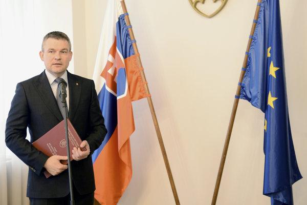 Predseda Štátnej komisie pre voľby a kontrolu financovania politických strán Eduard Bárány odovzdal predsedovi Národnej rady SR Petrovi Pellegrinimu zápisnicu o výsledkoch volieb.