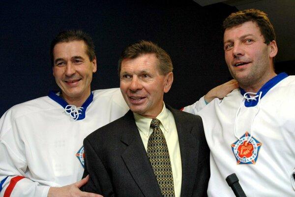 Na snímke z roku 2004 zľava Marián Bezák, Stan Mikita a Ján Jaško.