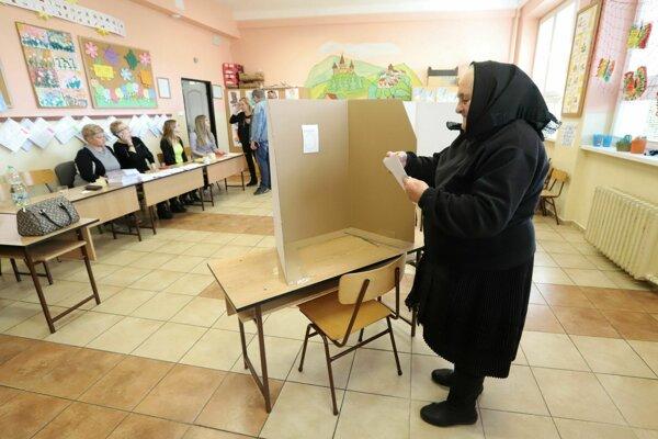 Pestrofarebné heľpianske kroje nahradí cez pôst čierny odev. V ňom chodí voliť väčšina starších žien.