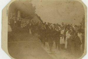Prezident Masaryk kráča od hrobu Andreja Sládkoviča v Radvani.