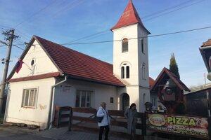 Podvečer sa v Pavčinej Lehote zbiehali hlavne cezpoľní voliči. Keďže volebná miestnosť sa nacháda neďaleko krčmy, tak mnohí ukončili slnečný deň pri pive.