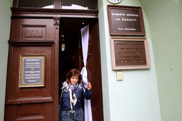 Biela stuha na dverách divadlla  symbolizovali na jeseň minulého roka protest proti arogancii moci, sústredenej v rukách Mariana Kotlebu.