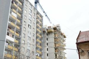 """Výstavba výškovej budovy """"na dotyk"""" so susedným panelákom je dôvodom mnohých sporov."""