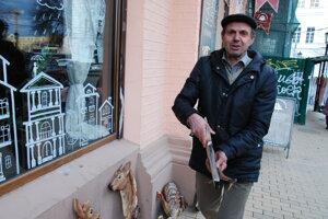 Viktor Viktorovič predáva svoje zvieracie hodiny. Invalidný dôchodca si chodí privyrábať na ulice Kyjeva.