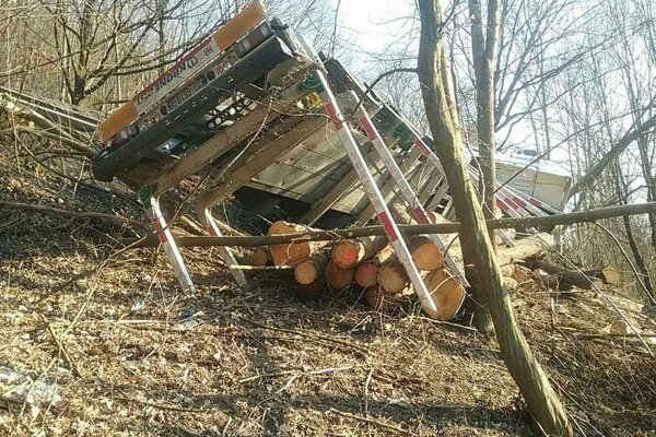 Kamión skončil v rokline. Prevážal drevo.