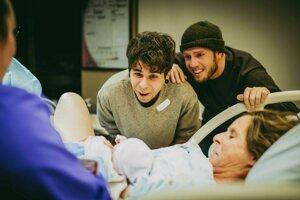 Reakcia otcov na narodenie ich dcéry, ktorú im vynosila matka jedného z nich.