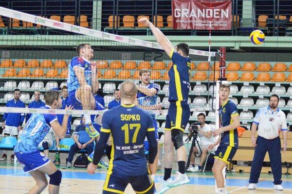 Na snímke zakončuje domáci blokár Lukáš Kyjanica.