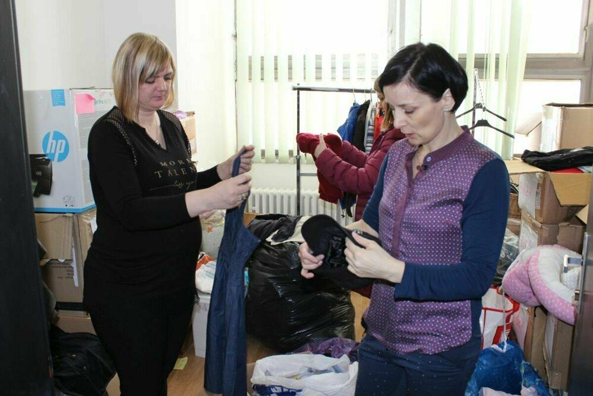c647cf8120d4 Ochotné ženy rozdávajú oblečenie len za úsmev - SME
