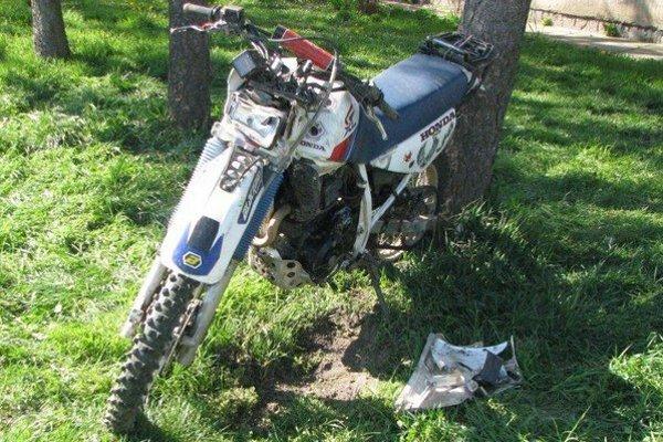 Na tejto motorke dvojica havarovala.