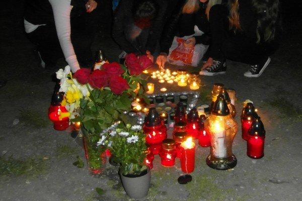 Andreasovi blízki mu na mieste tragédie nechali sviečky a kvety.