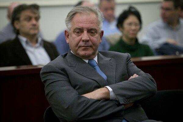 Chorvátsky expremiér Ivo Sanader sedí v súdnej sieni.