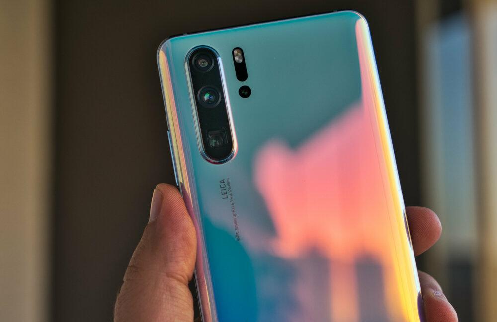 Obidve farebné verzie Huawei P30 Pro menia pri otáčaní smartfónom intenzitu farieb vďaka špeciálnej 9-vrstvovej konštrukcii zadného panela.