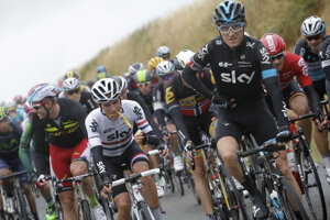 Peter Kennaugh (v bielom drese Sky).