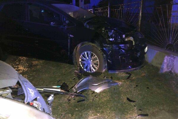 Niekoľko áut skončilo s pokrčenými plechmi.