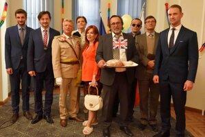Seriál Ministri evidentne paroduje skutočnosti zo slovenskej spoločnosti.