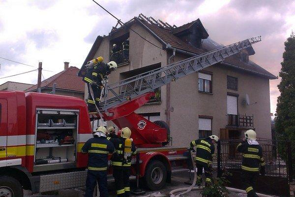 Strechu rodinného domu sa už hasičom nepodarilo zachrániť.