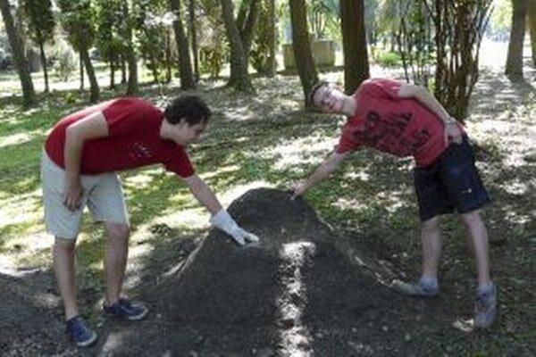 Mladí ľudia urobia najskôr kostru zo stavebného odpadu, ktorú zasypávajú zeminou.