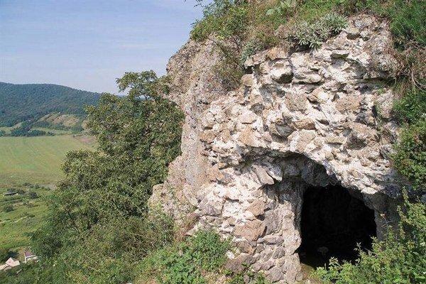 Súčasťou náučného chodníka bude sprístupnenie hradnej pivnice vytesanej do kameňa.