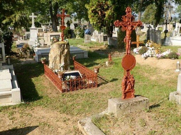 Hrob Gézu Borbáša s unikátnou skamenelinou.