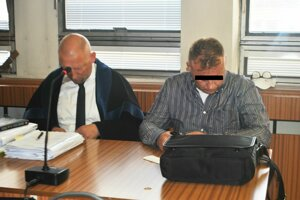 Marcel H. (vpravo) na súde so svojím obhajcom. Záujem médií mu vadil.