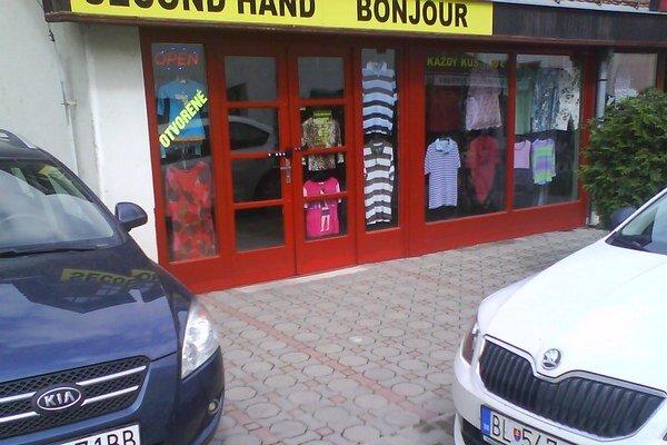 Autá často bránia vstupu do predajní.