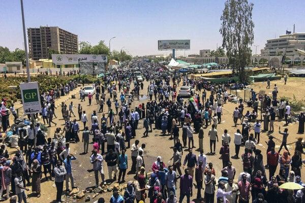 Sudánski demonštranti protestujú pred vojenským sídlom v Chartúme.