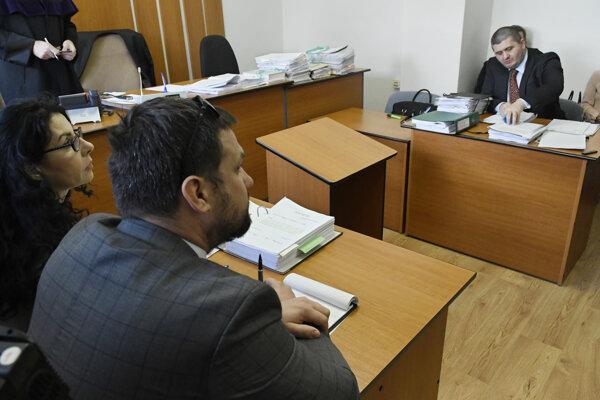 Pred pojednávaním vľavo právni zástupcovia cyperskej spoločnosti Delmeza Limited, Andrea Havlátová a Vladimír Kotus, vpravo právny zástupca SPF Michal Mandzák.