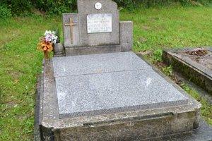 Hrob prikryli syn a vnuk Jána Macka za vlastné