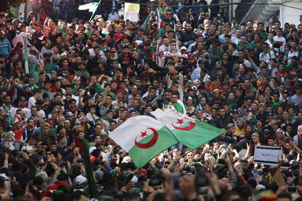 Demonštranti v Alžíre.