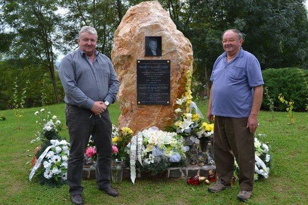 Zľava Gabriel Rácz a Ján Rideg pri pamätníku.