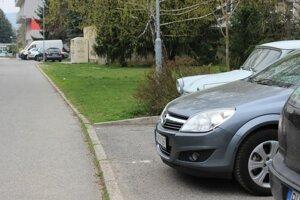 Za mestským cintorínom pribudnú parkovacie miesta aj na trávnatej ploche medzi súčasnými parkoviskami.