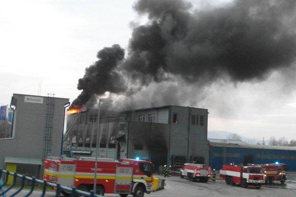 Požiar vypukol v expedičnej hale.