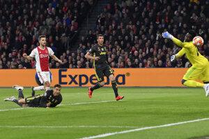 Hosťujúci Cristiano Ronaldo strieľa gól.