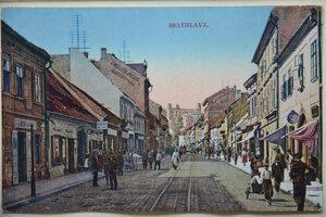Obchodná ulica v 20. rokoch 20. storočia pripomínala pestrými obchodíkmi Balkán.