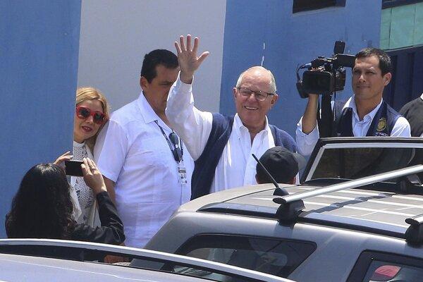 Bývalý peruánsky prezident Pedro Pablo Kuczynski máva po odchode z kancelárie prokurátora.