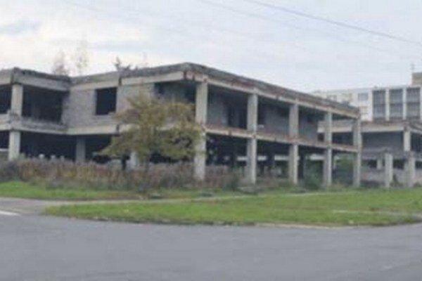 Chátrajúca budova už roky hyzdí okresné mesto.