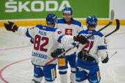 Matúš Sukeľ (v strede) sa teší so svojimi spoluhráčmi.