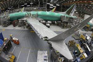 Lietadlo Boeing 737 MAX 8 leží na montážnej linke počas krátkej prehliadky pre médiá v montážnom závode v americkom meste Renton. (27. marca 2019)