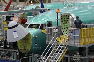 Pracovník vstupuje do lietadla Boeing 737 MAX 8 počas krátkej prehliadky pre médiá v montážnom závode v americkom meste Renton. (27. marca 2019)