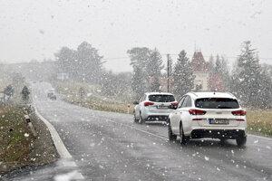 Husté sneženie na cestách medzi Huncovcami a Kežmarkom počas jari.