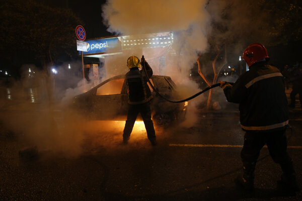 V Tirane zišlo niekoľko tisíc protestujúcich, neobišlo sa to bez násilností a vandalizmu.