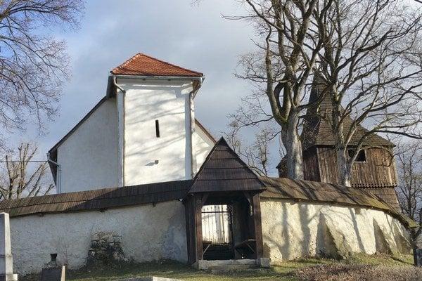 Evanjelický kostol na kopci nad obcou Mýtna.